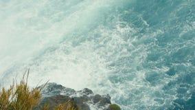 巨大的瀑布流动入海 股票录像