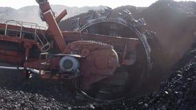 巨大的煤炭挖掘机采矿轮子细节  股票视频