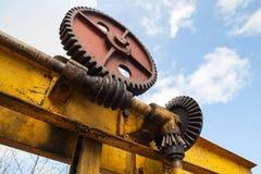巨大的生锈的齿轮接合与蠕虫齿轮 免版税库存图片