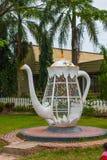 巨大的白合金水壶 五颜六色的挂锁心形在被弄脏的背景,爱的标志 沙巴,婆罗洲,马来西亚 免版税库存照片