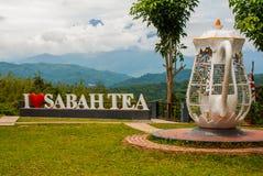 巨大的白色字法我爱沙巴茶,并且水壶金属攫取 婆罗洲,马来西亚 库存照片