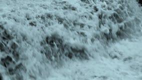 巨大的白色瀑布接近 股票视频