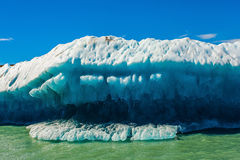 巨大的白蓝色冰山 免版税库存照片