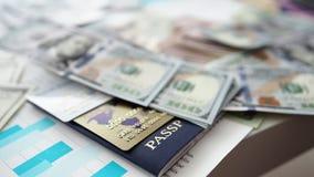 巨大的盒美国金钱在护照和银行卡感觉下来下来上面 股票录像