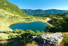 巨大的石头和灌木在湖Vorozheska背景  免版税库存照片