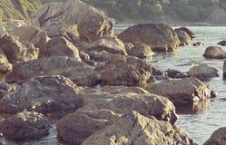 巨大的石头抽象背景在岸的 库存照片