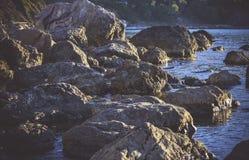 巨大的石头抽象背景在岸的 图库摄影