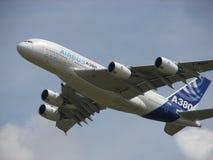 巨大的空中客车A380超级起飞 库存照片