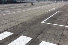巨大的空的停车场 免版税库存照片