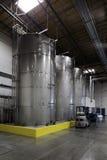 巨大的筒仓和一辆铲车在装瓶厂 免版税库存照片