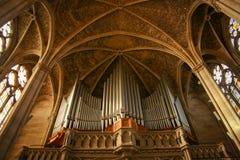 巨大的管风琴在大教堂里 免版税库存照片