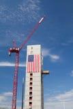 巨大的美国国旗装饰大厦建设中沿Har 库存图片