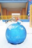 巨大的蓝色新年球 新年装饰在高尔基公园在莫斯科 免版税库存照片