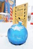 巨大的蓝色新年球 新年装饰在高尔基公园在莫斯科 免版税库存图片