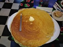 巨大的薄煎饼 免版税库存照片