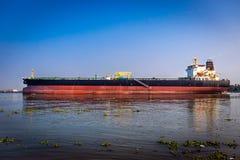 巨大的货船在海 免版税库存照片
