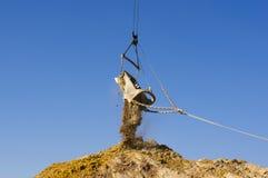 巨大的走的挖掘机桶 免版税库存图片