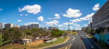 巨大的轴大道和巴西利亚电视全景耸立-巴西利亚,联邦的Distrito,巴西 图库摄影