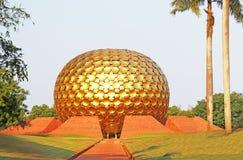 巨大的金黄球状球auroville泰米尔・那杜印度 免版税库存照片