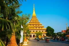 巨大的金黄stupa在泰国 库存照片