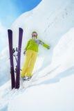巨大的随风飘飞的雪和滑雪者 免版税图库摄影