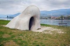 巨大的雕塑Wachauer多瑙河的NaseÂ在轮渡驻地旁边位于村庄圣洛伦茨,下奥地利州 免版税库存照片