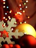巨大的雪花和圣诞节球 库存图片
