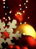巨大的雪花和圣诞节球 免版税图库摄影