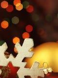巨大的雪花和圣诞节球 免版税库存照片