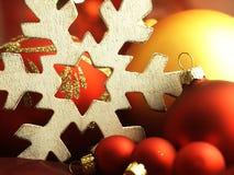 巨大的雪花和圣诞节球 库存照片