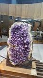 巨大的紫色的石头 免版税库存照片