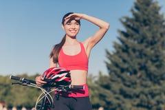 巨大看法!逗人喜爱的年轻运动的夫人是外面在一个夏日, f 库存照片