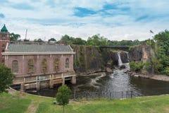 巨大秋天, Passaic河在佩特森, NJ 库存图片