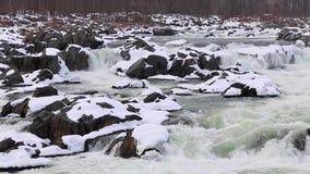巨大秋天-冬天与斯诺伊的浪端的白色泡沫瀑布晃动-顶上的射击-巨大秋天国家公园 股票视频