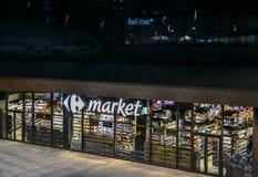巨大零售业,道路交叉点supermaket,在晚上关闭了在米兰,伦巴第,意大利CityLife区  免版税库存照片