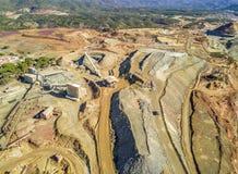 巨大,露天开采矿矿鸟瞰图有工业建筑学的 图库摄影