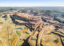 巨大,露天开采矿矿鸟瞰图  免版税库存图片
