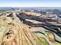 巨大,露天开采矿矿鸟瞰图  免版税库存照片