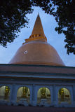 巨大chedi& x28的边;pagoda& x29; 那空巴吞 库存图片