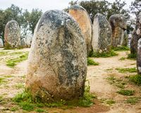 巨石在Ã ‰ vora,葡萄牙,最重要的Almendres cromelech集成了在伊比利亚半岛 库存图片