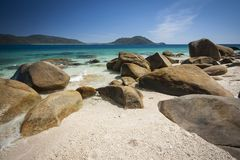 巨石城被撒布的海滩, Fitzroy海岛 免版税图库摄影