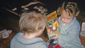 巨石城,科罗拉多1952年:女孩开头圣诞节礼物长耳兔和唐老鸭预定 股票视频