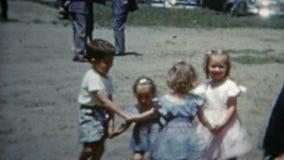巨石城,科罗拉多1952年:演奏'在玫瑰色'比赛附近的孩子圆环 股票视频