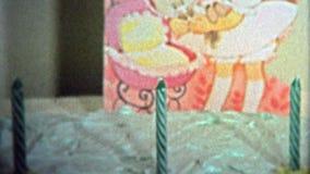 巨石城, CO 美国- 1974年:与蜡烛的三岁的生日庆祝蛋糕在铝芯 影视素材