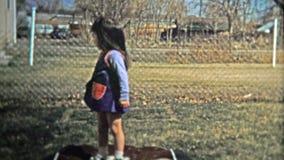 巨石城, CO 美国- 1974年:实践她的女孩跳跃在小可膨胀的绷床 股票录像