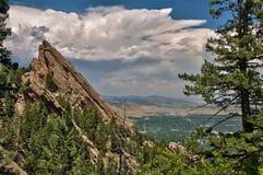 巨石城从Flatiron山顶的科罗拉多景色 免版税库存照片