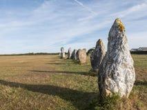 巨石的对准线在宽广的草的 免版税库存照片