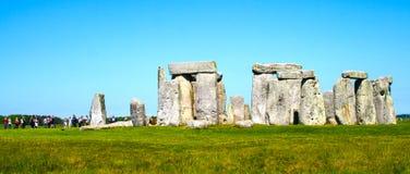 巨石阵和游人全景 免版税库存照片