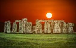 巨石阵在日落的一座古老史前石纪念碑在Wi 库存照片