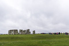 巨石阵,威尔特郡,英国- 8月17日:排队为的游人 免版税库存照片